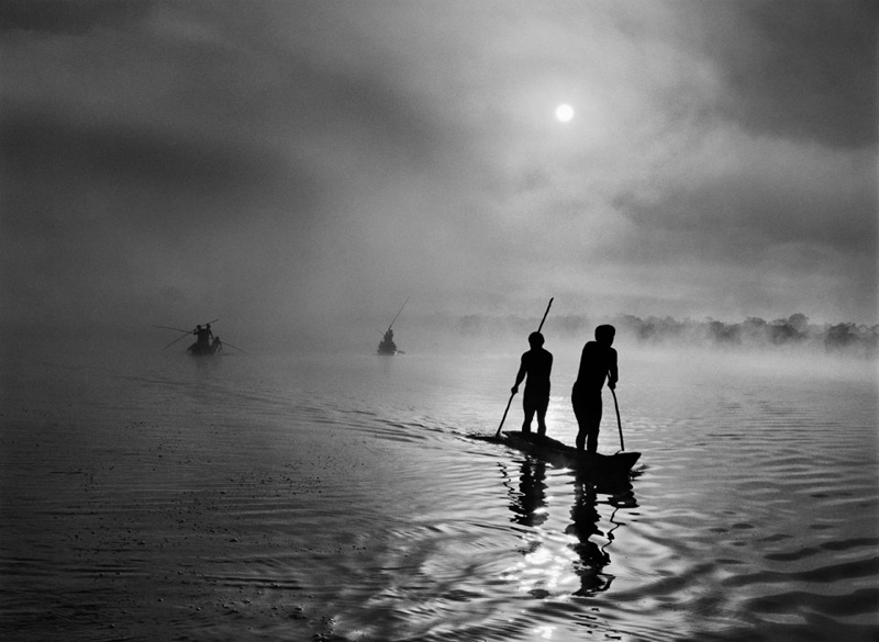 In the Upper Xingu region of BRAZIL's Mato Grosso state, a group of Waura Indians fish in the Puilanga Lake near their village. Brazil, 2005.