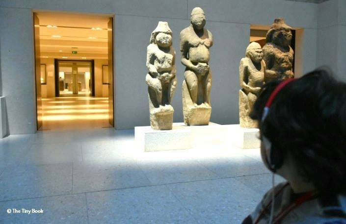 Children at the Neues Museum - The Tiny Book in Berlin