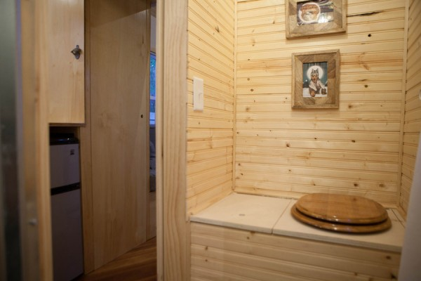 should tiny houses have bathrooms? – the tiny life
