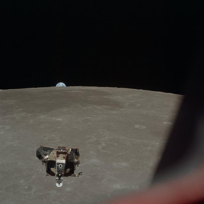 Η σεληνάκατος Apollo 11 καθώς κατεβαίνει προς τον προορισμό της. Τη φωτογραφία τράβηξε ο αστροναύτης Michael Collins στις 26 Ιουλίου 1969. Φωτο: Flickr/NASA
