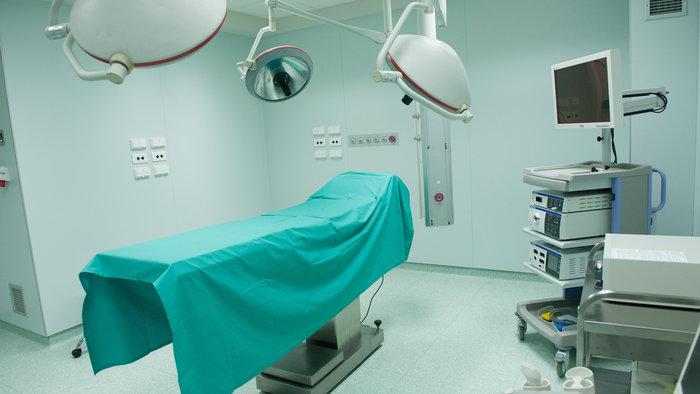 """Μία από τις 3 χειρουργικές αίθουσες του Κέντρου Ημερήσιας Νοσηλείας """"Νίκος Κούρκουλος""""."""