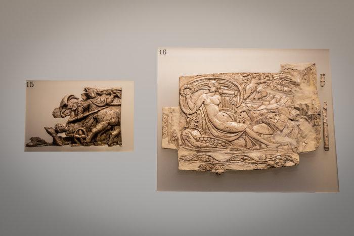 Αριστερά, τμήμα ελεφαντοστέινης πλάκας με ανάγλυφη παράσταση οπλίτη πάνω σε δίφρο τεθρίππου άρματος 4ος αι. Μ.Χ. και δεξιά ελεφαντοστέινο πλακίδιο 4ος αι. Μ.Χ.Φωτο: Γιώργος Αναστασάκης © Μουσείο Κυκλαδικής Τέχνης