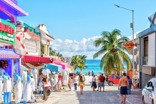 The streets of Playa del Carmen, one of the cities of Riviera Maya. Shopping is one of the cheap things to do in riviera maya. things to do in riviera maya playa del carmen. riviera maya things to do. riviera maya mexico things to do