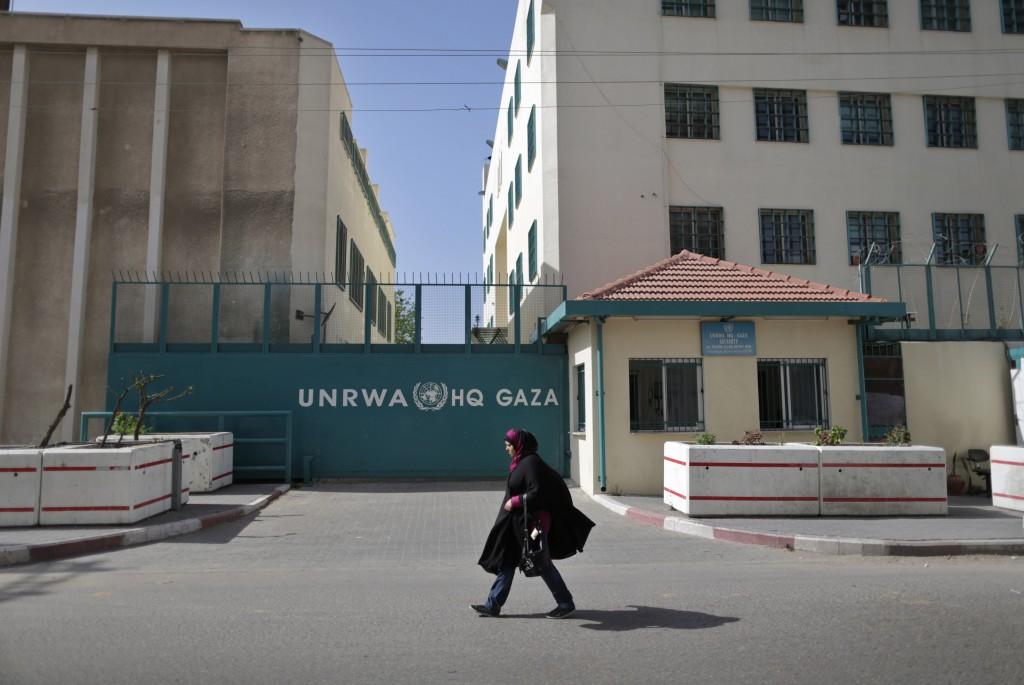 Una mujer palestina camina en frente del edificio de la UNRWA en la ciudad de Gaza.  Foto: Wissam Nassar / Flash90