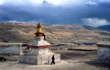 Buddhist stupa and houses outside Aba, Tibetan Plateau. Jialiang Gao www.peace-on-earth.org