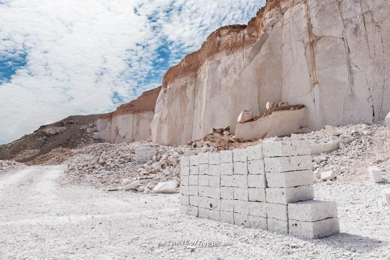 礦工會把開採到的礦石製成一塊塊的磚頭,把質素好的以4sol一磚的價錢賣給一間公司,賺取非常微薄的收入。