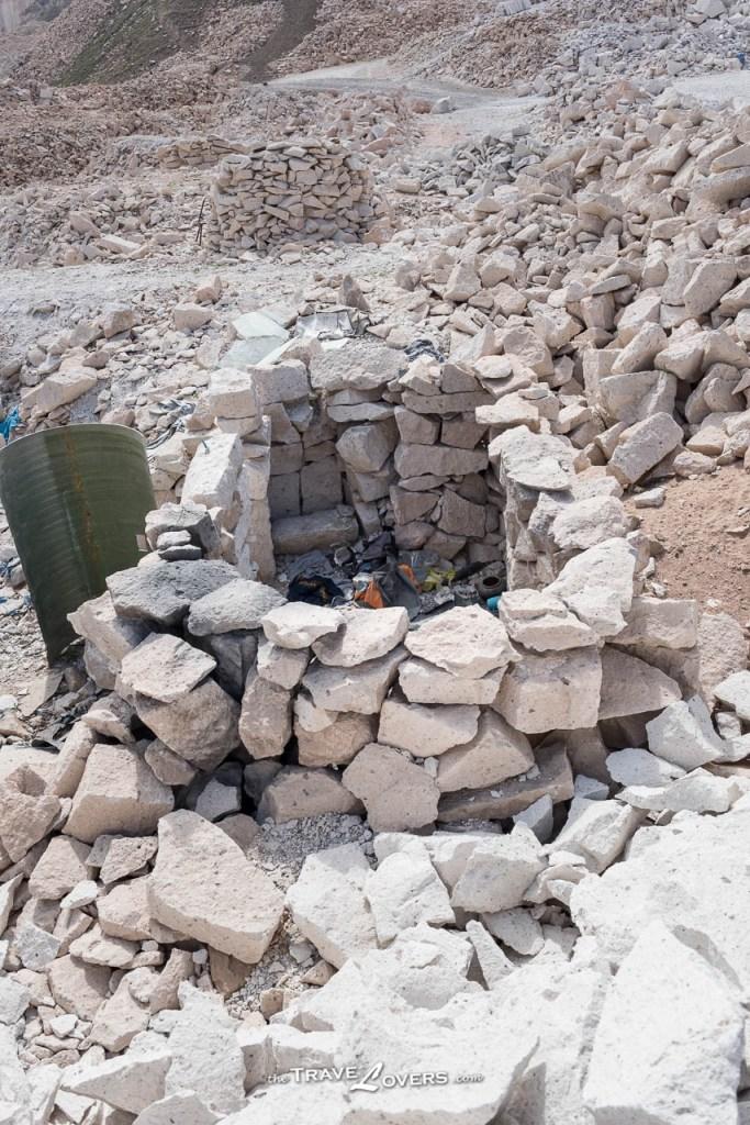 這個礦場共有37個家庭居住,而他們的「房屋」僅用石頭搭建,環境非常惡劣。