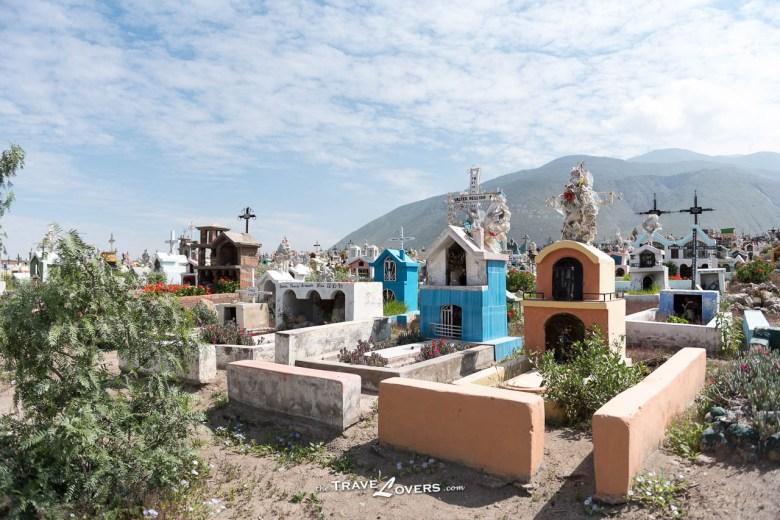 墓碑外面塗上鮮豔奪目的顏色,四周種滿鮮花,就像一個迷你花園,這些「小房子」比真的還要精緻。