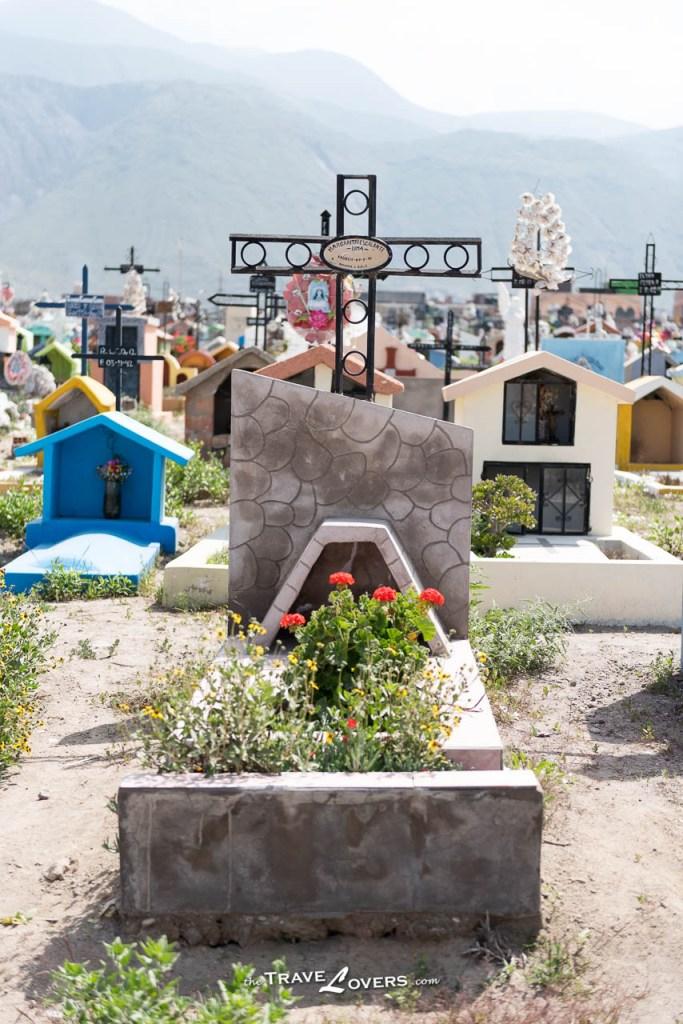 因為迷信關係,後人都很用心為墳墓裝飾設計,好好打理,不知道如果沒有神的關係,後人仍會花這麼多心機時間打理墓地嗎?