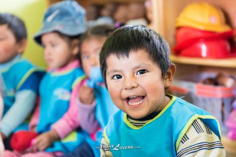 這個小男孩喜歡跟我們玩拋球,經常露出開心的笑容。
