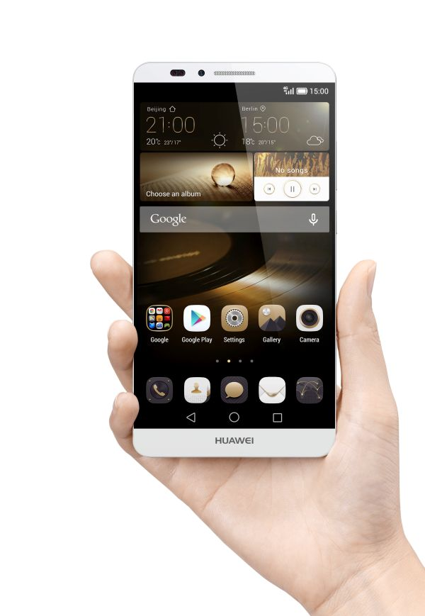 Huawei Ascend Mate7_Single_Gray Front Face Hand_Hi res