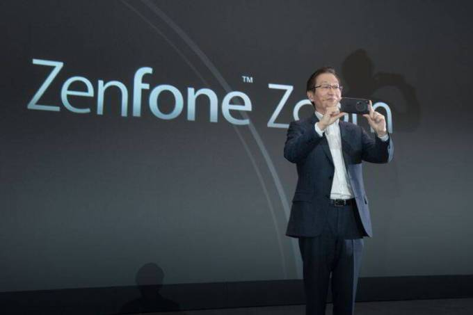 asus_chairman_jonney_shih_introduced_zenfone_zoom_at_ces_2015