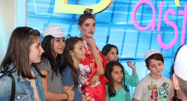 """Iulia Albu, asaltata de copii chiar pe platoul emisiunii """"Bravo, ai stil!"""""""