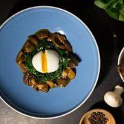 Cum să-i surprinzi pe cei dragi la masa de Paști cu o rețetă exclusivă: ouă, ciuperci și cafea!