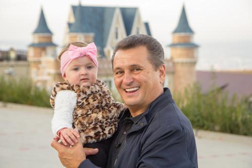 Din 4 decembrie, la Antena 1, Nea Mărin poftește vedetele în vacanță