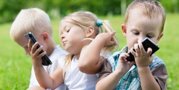 Cum poate dependenţa de telefon să ruineze copilăria