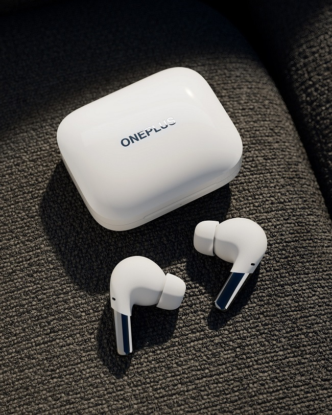 Case and earbuds_white