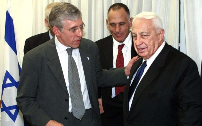 Ariel Sharon greets British Foreign Secretary Jack Straw prior to their meeting in Tel Aviv in September 2001 (Picture: EPA/ODD ANDERSEN)