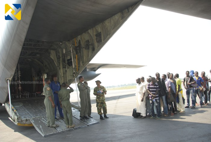 Nigerian Military personnel coordinate airlifting of displaced Nigerian citizens (Photo Credit: Defence Information)