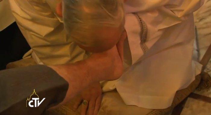 Pope Francis Washes Feet on Maundy Thursday 2014