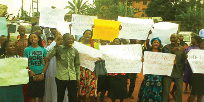Angry church members protesting in Anambra over church demolition (Photo Credit: Vanguard News)