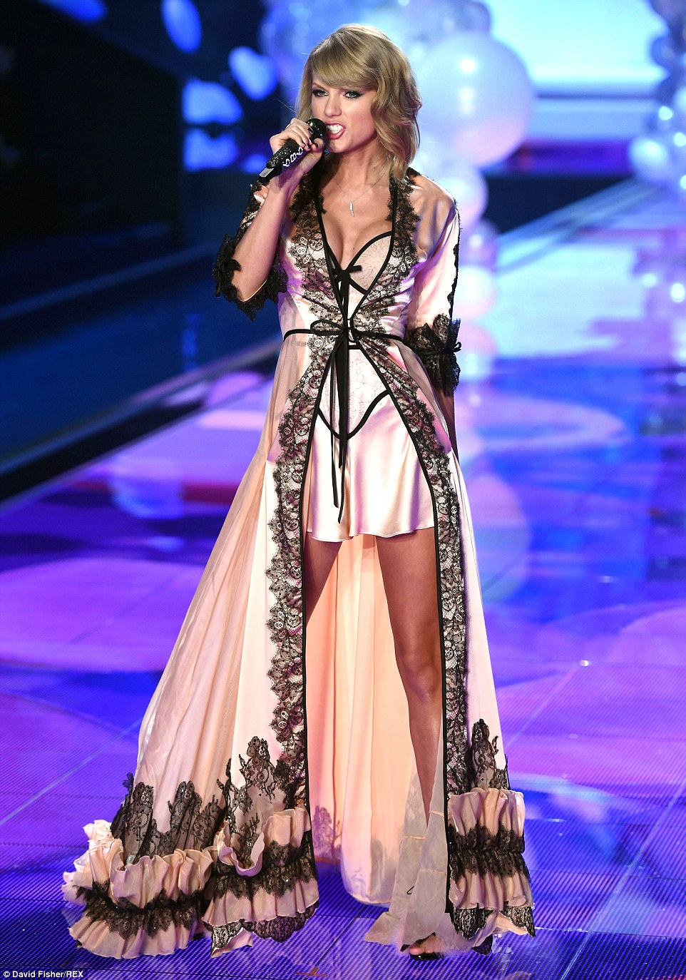 23AC22FC00000578-2858005-She_s_no_Angel_Taylor_Swift_made_sure_she_pulled_out_all_the_sto-343_1417557688040