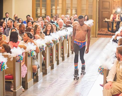 The man who glided into the venue of an American wedding ceremony in a roller skate and handed in the missing wedding rings to the best man. (Photo Credit: Metro UK)