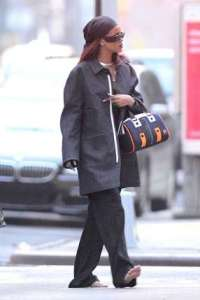 RIHANNA-Walking-The-Streets-Of-NYC-BAREFOOT (Credit: Popdust)