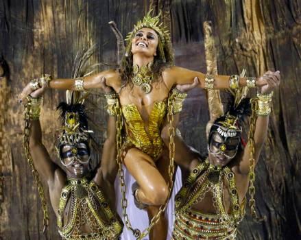 Model Juliana Paesthe (C) of Viradouro samba school participates in the annual carnival parade in Rio de Janeiro's Sambadrome, February 15, 2015. REUTERS/Ricardo Moraes (BRAZIL - Tags: SOCIETY TPX IMAGES OF THE DAY)
