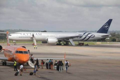 epa05076059 The Boeing 777 Air France flight 463 parked at Moi International Airport in Kenyan coastal city Mombasa, 20 December 2015. Air France flight 463 from Mauritius to Paris was forced to land in Mombasa at 12:37am after a device suspected to be a bomb was found in the lavatory, the Kenyan police spokesman said. All passengers have been safely evacuated and the device is being analyzed, the spokesman said. EPA/STR