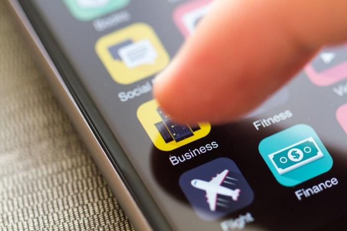 social media marketing mobile marketing bigstock-Smartphone-with-cloud-of-appli-24096827_Fotor