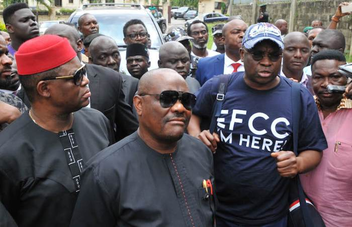Ayodele Fayose, former Ekiti governor, arrives the Economic and Financial Crimes Commission (EFCC) office wearing a t-shirt with the inscription, 'EFCC, I Am Here' in Wuse, Abuja on Tuesday (16/10/18). He is flanked by his lawyer, Mike Ozekhome (right), Femi Fani-Kayode (left) and Governor Nyesom Wike (2nd right)
