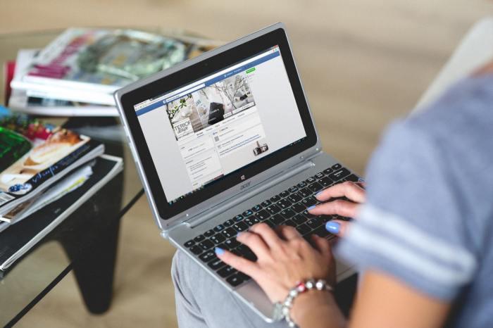 laptop office social media