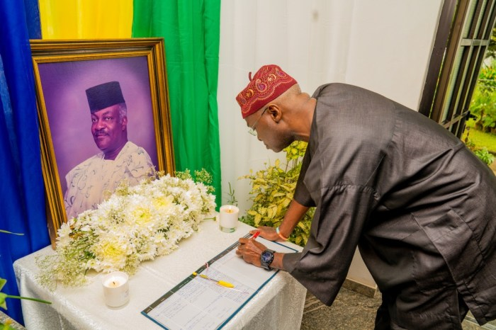 Babatunde Fashola, the minister of works and former Lagos governor, signing the condolence register during a condolence visit to the family of late first Military Governor of Lagos State, Brig.-General Mobolaji Johnson at Ilupeju, Lagos on Saturday, 2nd November 2019.