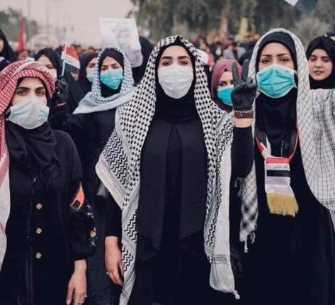 Mujeres estudiantes protestan en la Universidad de Kufa, Irak