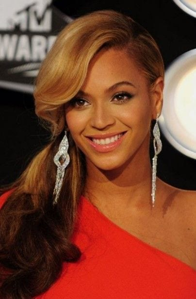 beyonce's side swept curly hairstlye