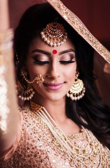 red bindi wedding