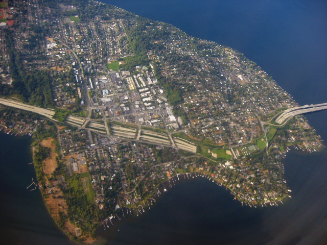 The lids and landscaped overpasses over I-90 on Mercer Island. (Photo by Andy Tucker)