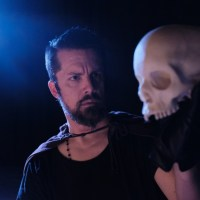 Sackerson's new Ten Deaths of Hamlet challenges 1 actor to play 16 characters in Shakespeare's greatest tragedy