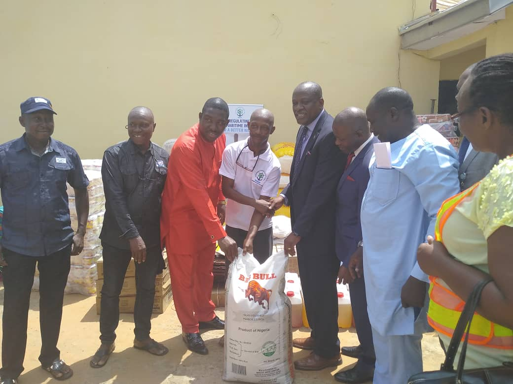 Osamgbi presenting Relief Materials to Ogwezy ,For Delta IDPs