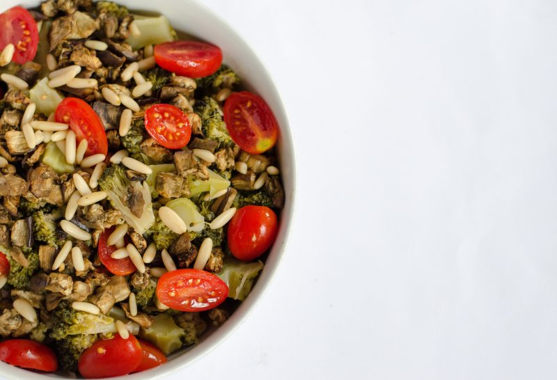 Insalatona di broccoli, melanzane al forno e pinoli