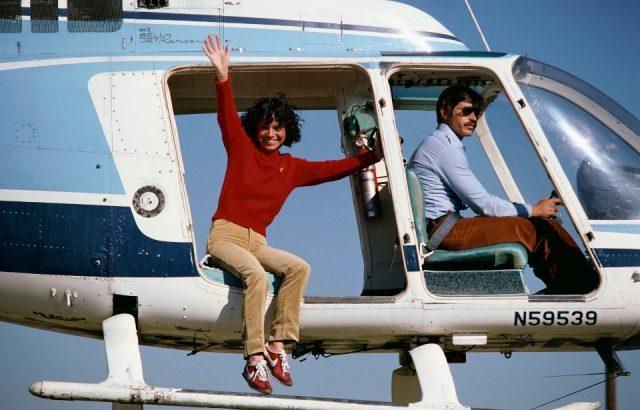 ونڈر وومن میں لنڈا کارٹر کھیلنے والا ایک اسٹنٹ اداکار ، چھلانگ لگانے سے پہلے ہیلی کاپٹر سے لہراتا ہے۔