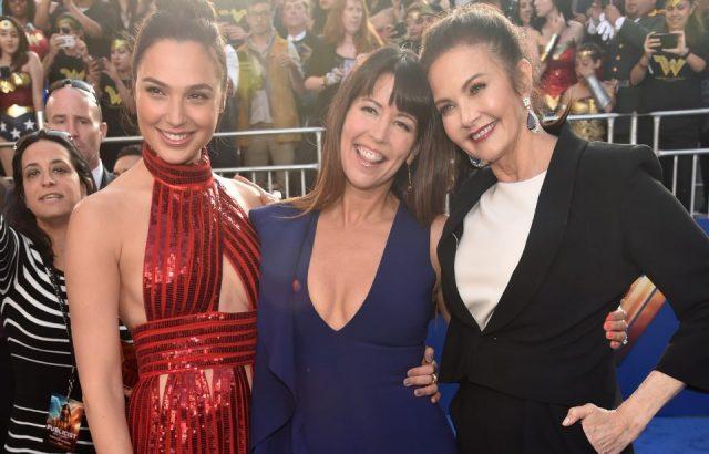 ہالی ووڈ ، کیلیفورنیا میں 25 مئی 2017 کو پینٹجس تھیٹر میں اداکارہ گیل گیڈوٹ ، ہدایت کار پیٹی جینکنز اور اداکارہ لنڈا کارٹر ، وارنر برس پکچرز کی