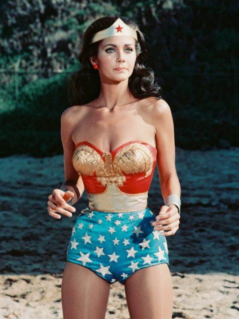 لنڈا کارٹر ، امریکی اداکارہ ، امریکی ٹیلی ویژن سیریز ، 'ونڈر وومن' ، سرکا 1977 میں جاری کردہ ایک تشہیر میں ملبوسات میں۔