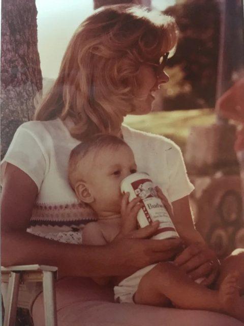 بچہ بڈوئزر پیتا ہے۔