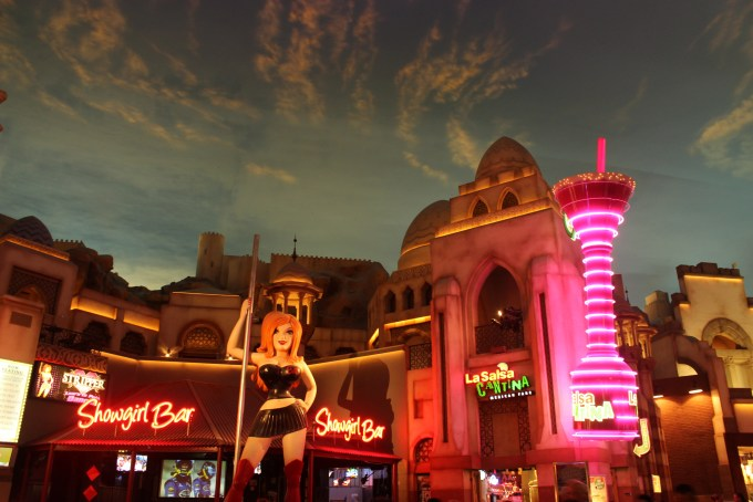 Inside Planet Hollywood - Fake skies again!