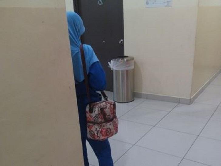 Isteri penulis dengan beg azimat. Abu Hannah