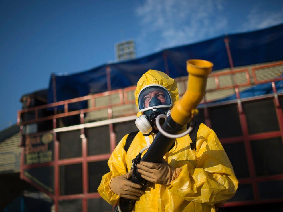 Pekerja kesihatan di Sambadrome sedang melawan nyamuk Aedes Aegpyti. ABC