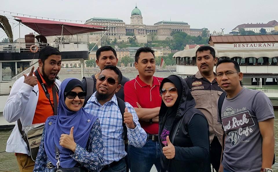 Penulis, Arif Ismail bersama ahli pasukannya.