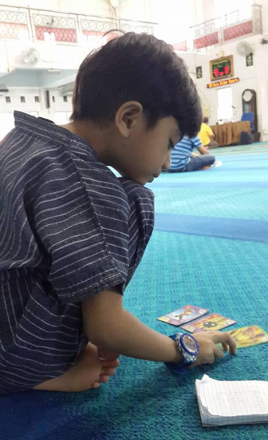 Umar Firas suka ke masjid.